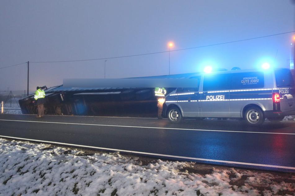 Der Fahrer konnte sich unverletzt aus dem Lkw befreien.