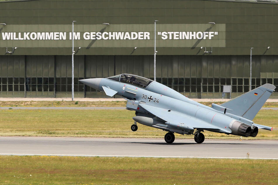 """Ein Eurofighter landet in Laage bei Rostock nach einem Übungsflug. Am Montag stattet Verteidigungsministerin Annegret Kramp-Karrenbauer (58, CDU) dem Taktischen Luftwaffengeschwader 73 """"Steinhoff"""" einen Truppenbesuch ab."""