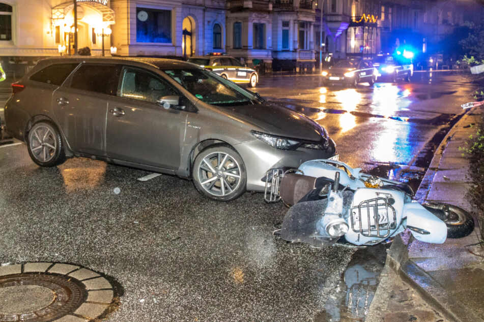 Illegales Wendemanöver? Uber-Taxi rammt Roller, Fahrgast flüchtet