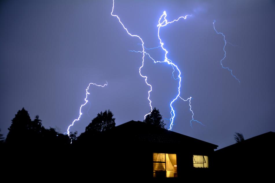 Schon am Dienstagabend kann es im Erzgebirge und im Vogtland zu massiven Unwettern kommen. (Symbolbild)