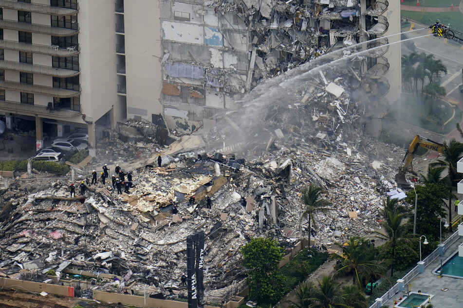 Such- und Rettungskräfte suchen nach Überlebenden in den Trümmern im dem teilweise eingestürzten zwölfstöckigen Gebäude.
