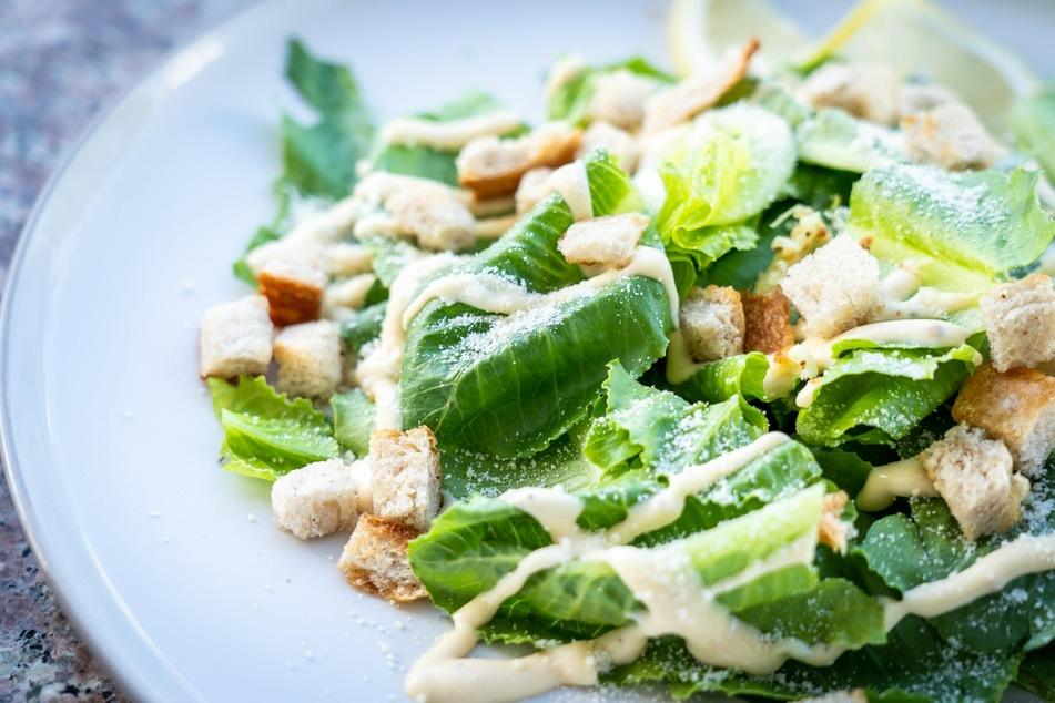 Croûtons aus Brot und Baguette verfeinern Salate und Suppen (Symbolbild).