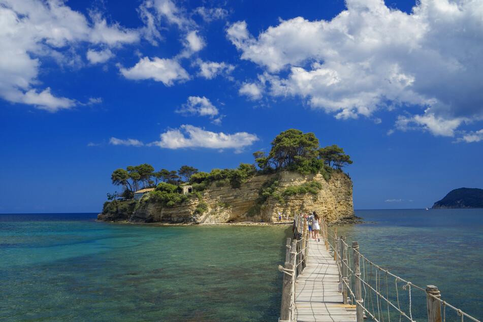 Über diese schwimmende Brücke geht's auf das kleine Inselchen Agios Sostis in der Bucht von Laganas.