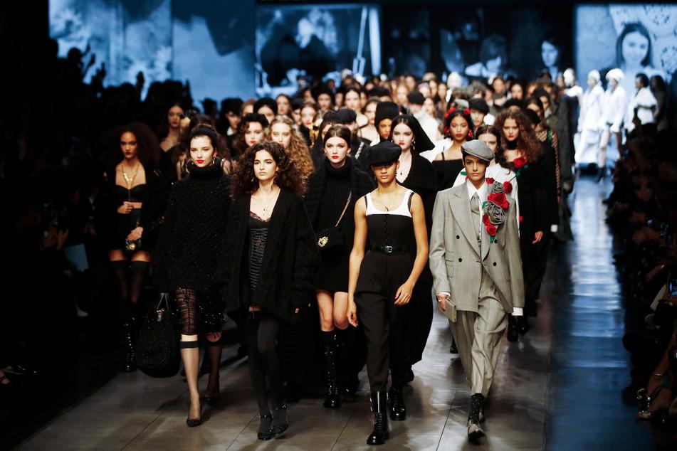 Models präsentieren Ende Februar bei einer Laufstegshow in Mailand eine Kreation der Herbst/Winter Kollektion 2020/21 des italienischen Modeunternehmens Dolce & Gabbana.