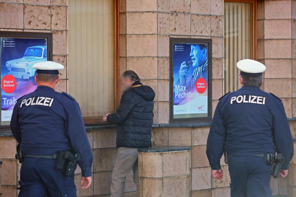 Nicht alle Fahrgäste halten sich an die Maskenpflicht im Zwickauer Hauptbahnhof. Die Polizei weist die Personen auf die Maskenpflicht hin.
