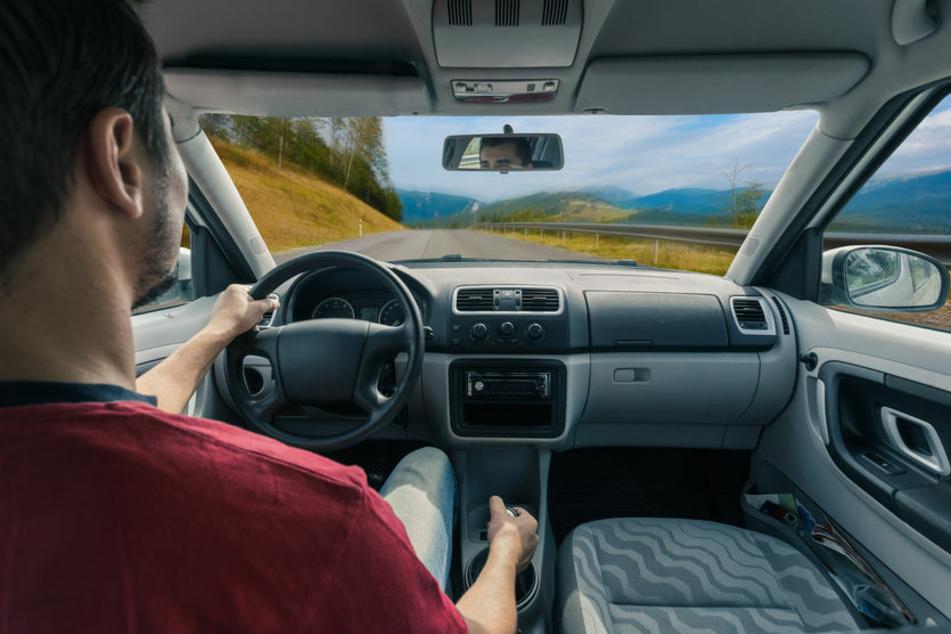 Der Autofahrer saß während er sich die Haare kämmt hinterm Steuer (Symbolbild)