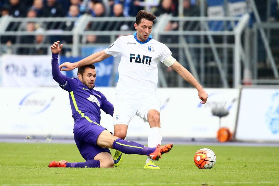 Christian Tiffert (l.), hier gegen den Magdeburger Marius Sowislo, wurde im Herbst 2015 verpflichtet und half dem FCE Aue, nach dem Abstieg umgehend in die 2. Liga zurückzukehren.
