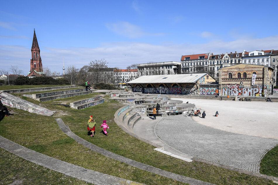 Vereinzelt spielen Kinder im Görlitzer Park im Stadtteil Kreuzberg. Die zunächst bis 5. April befristeten Ausgangsbeschränkungen in Berlin wegen der Corona-Krise werden verlängert.