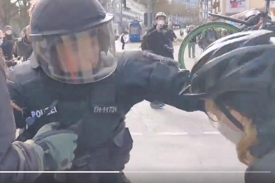 Schock-Videos von Corona-Demo in Kassel: Hat Polizist auf Frau eingeschlagen?