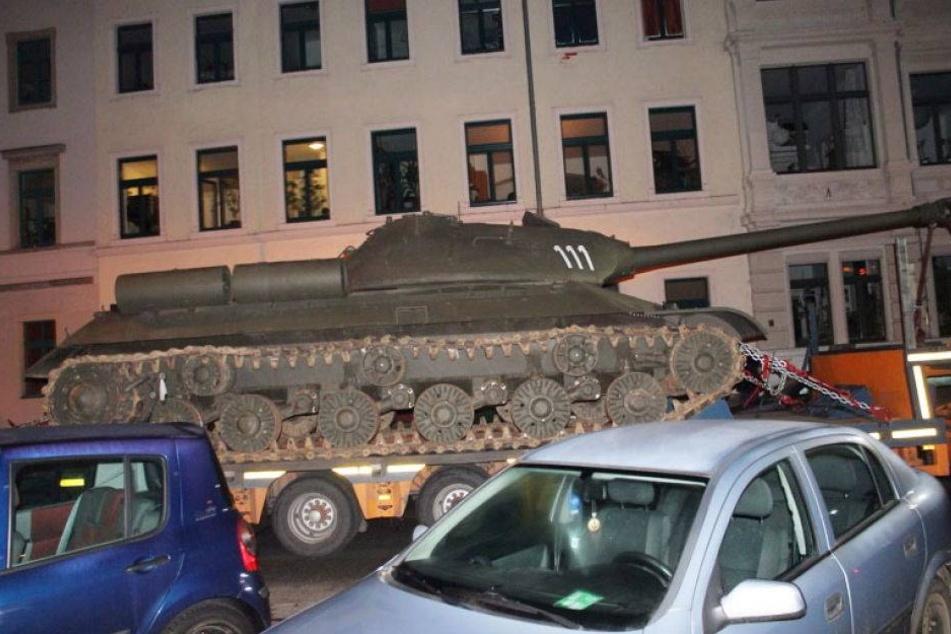Russischer Panzer rollt durch die Neustadt