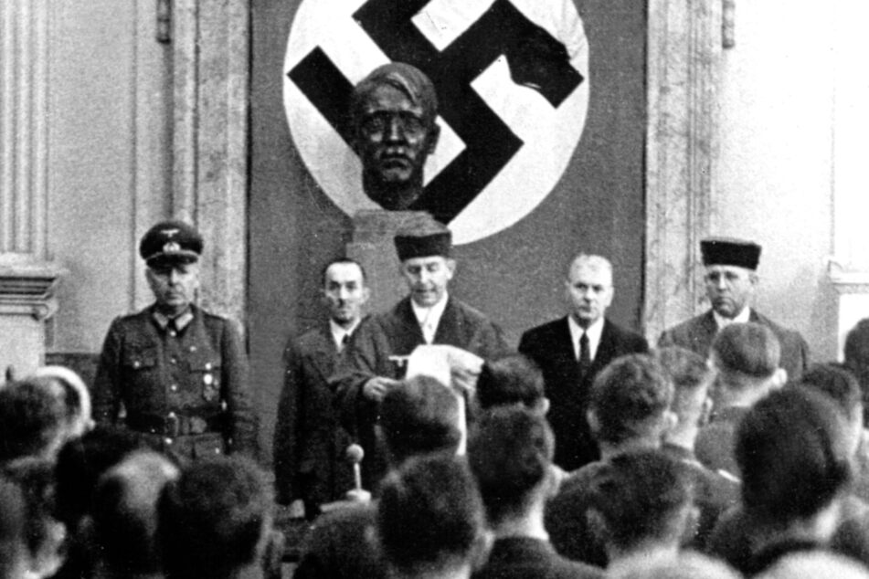 8. August 1944: Roland Freisler (Mitte) während der Urteilsverkündung gegen acht der Beschuldigten des Hitler-Attentats vom 20. Juli 1944.