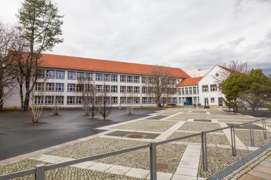 Auch die Abschlussklassen an Gymnasien werden ab Montag wieder in den Schulen erwartet. Es besteht Präsenzpflicht. Im Bild das Marie-Curie-Gymnasium in Dresden.