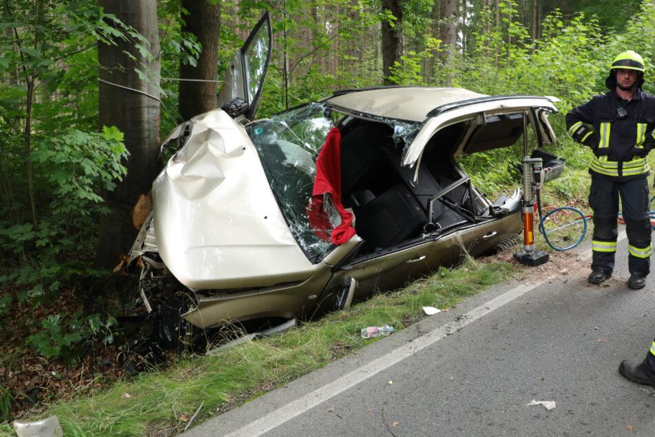 Suzuki prallt frontal gegen Baum: Fahrer schwer verletzt