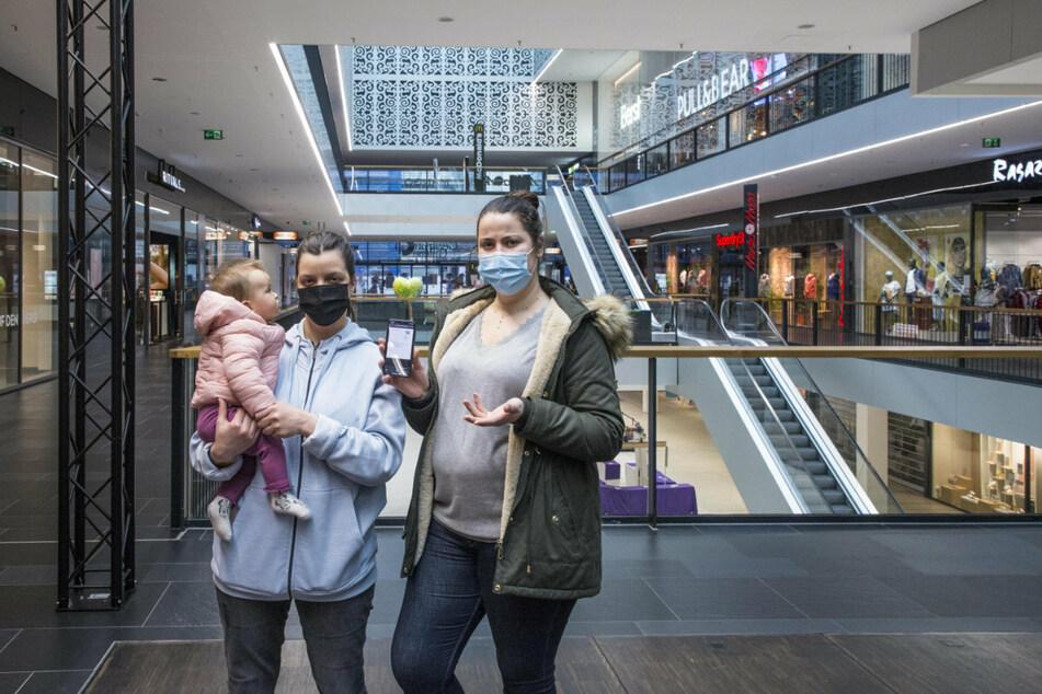 Shopping nur mit Termin und negativem Corona-Test! Luna (26) und Sarra Limoudda (27, r.) haben vorab im Internet gebucht.