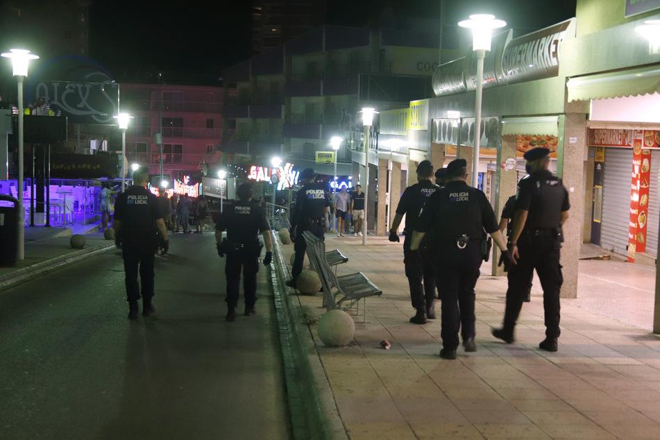 Polizeibeamte patrouillieren nachts in dem Touristenort Magaluf auf Mallorca. (Archivbild)