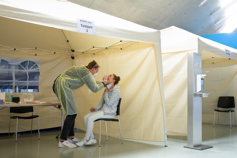 Anna Ritter sitzt im Corona-Testzentrum in der EnergieVerbund Arena vor Robert Lüderitz, Mitarbeiter im Testzentrum. Das Testzentrum in der Eissporthalle bietet kostenlose Bürgertests und auch kostenpflichtige PCR-Tests an.