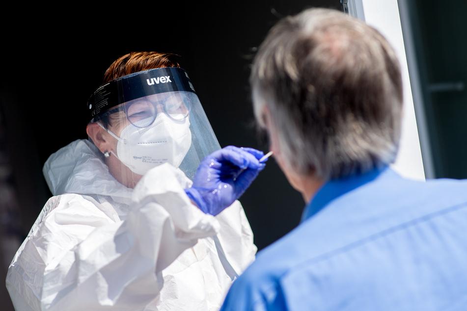 Wer nicht geimpft oder genesen ist, soll sich bei Kundenkontakt öfter testen lassen, fordert Baden-Württemberg. (Symbolbild)