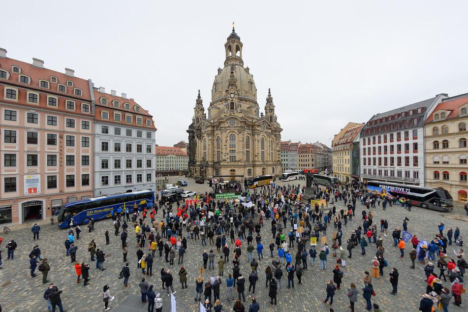 """Am Vortag, dem 1. März, fanden sich auf dem Neumarkt zahlreiche Teilnehmer zum """"1000-Personen-Polittalk"""" zusammen. Sie fordern eine Öffnungsperspektive. Laut dem RKI sinkt die Inzidenz in Dresden."""