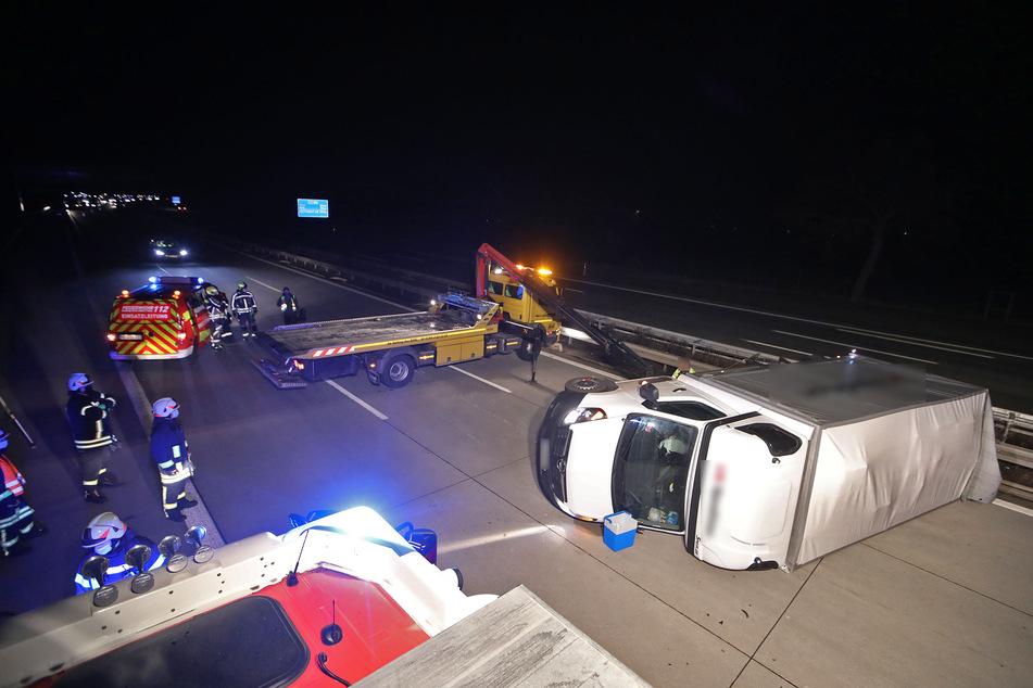 Unfall A4: Reifen geplatzt! Transporter liegt quer auf A4