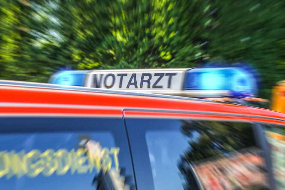 Der 23-Jährige wurde wegen seiner lebensgefährlichen Stichverletzungen mit einem Krankenwagen in ein Krankenhaus gefahren. (Symbolbild)