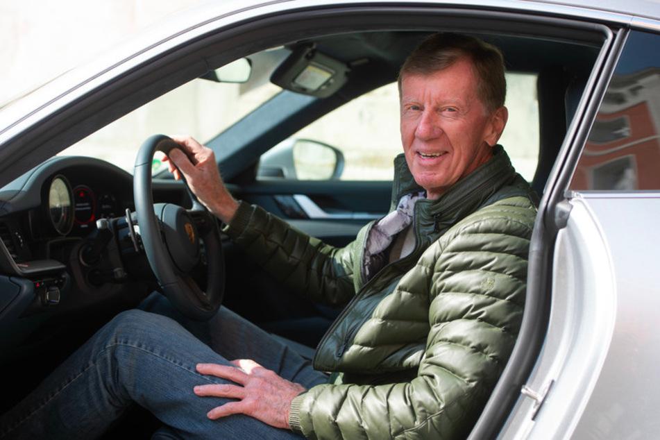 Walter Röhrl (74) sitzt im Innenhof der Polizeiinspektion Regensburg Süd in einem Porsche 911 Carrera.