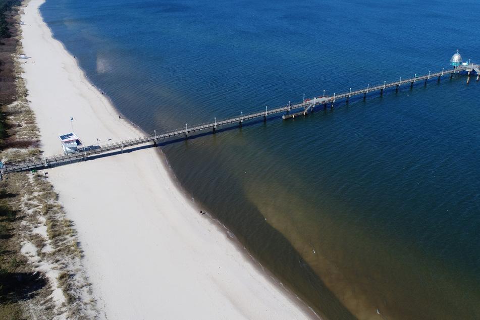 Menschenleer ist die Strandpromenade mit der Seebrücke im Ostseebad Zinnowitz auf der Insel Usedom im April vergangenes Jahres. Erneut tritt ein Einreiseverbot in Kraft.