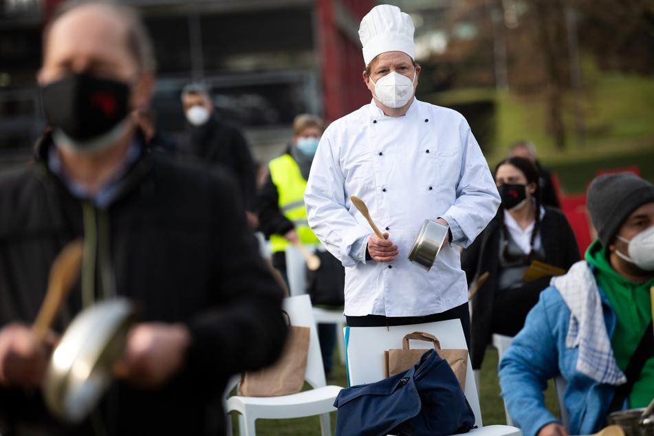 Zahlreiche Gastronomie-Beschäftigte haben topfschlagend vor dem NRW-Landtag in Düsseldorf für eine Öffnungsperspektive und höheres Kurzarbeitergeld demonstriert.