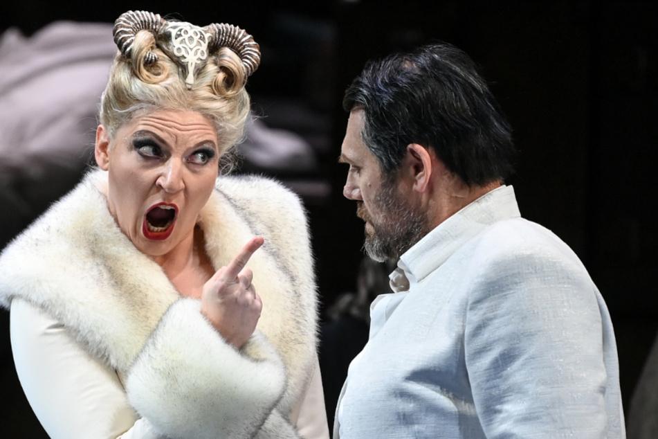 """Annika Schlicht (als Fricka) und John Lundgren (als Wotan) stehen bei der Fotoprobe zu der Oper """"Die Walküre"""" von Richard Wagner in der Deutschen Oper auf der Bühne."""