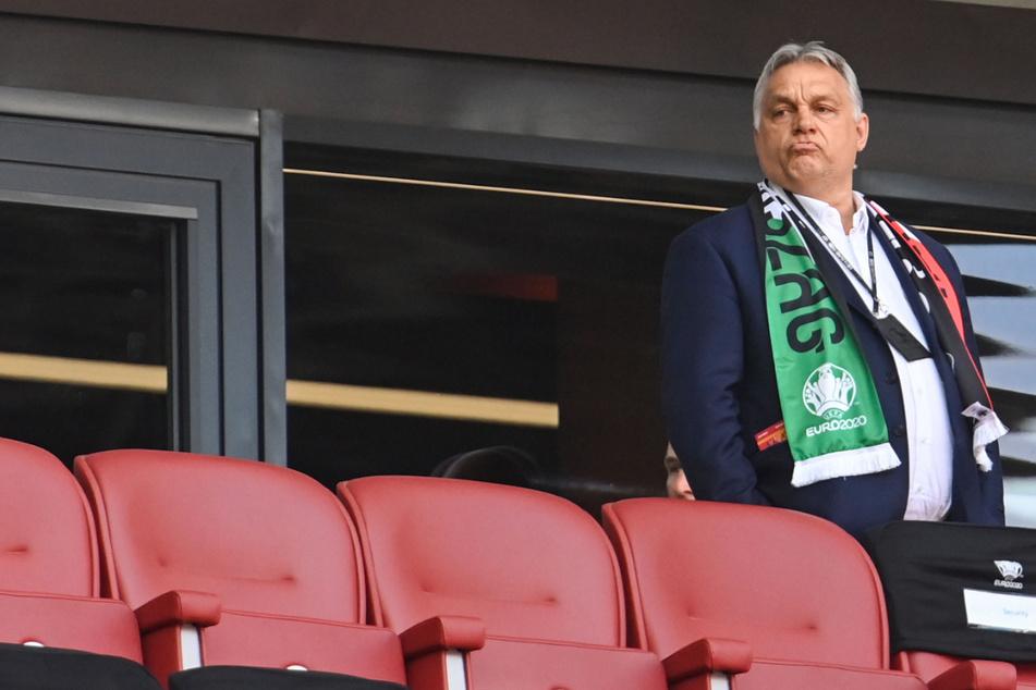Viktor Orban (58), Ministerpräsident von Ungarn, steht vor dem EM-Spiel gegen Portugal auf der Tribüne.
