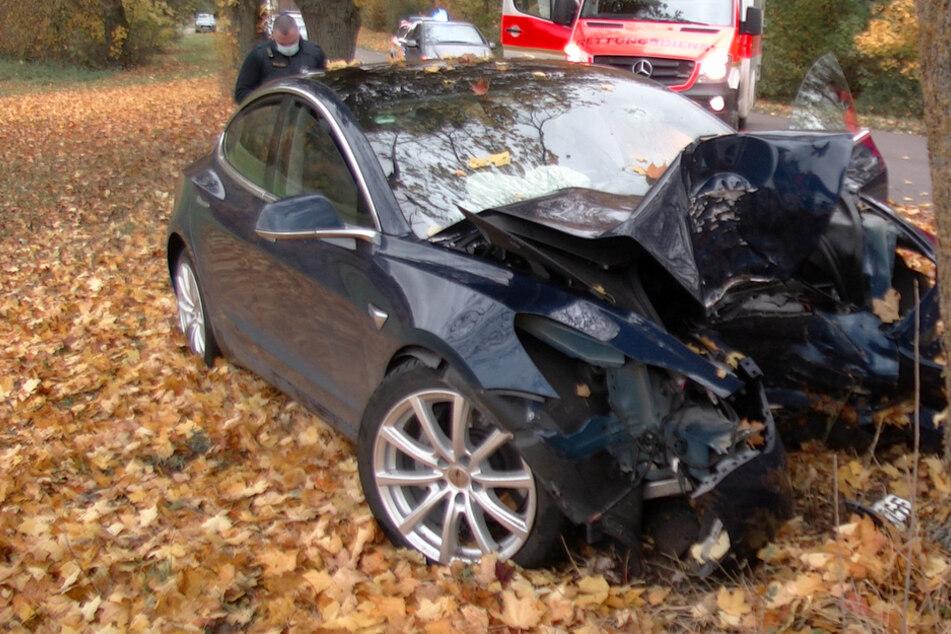 Tesla kracht frontal gegen Baum: Rettungshubschrauber im Einsatz