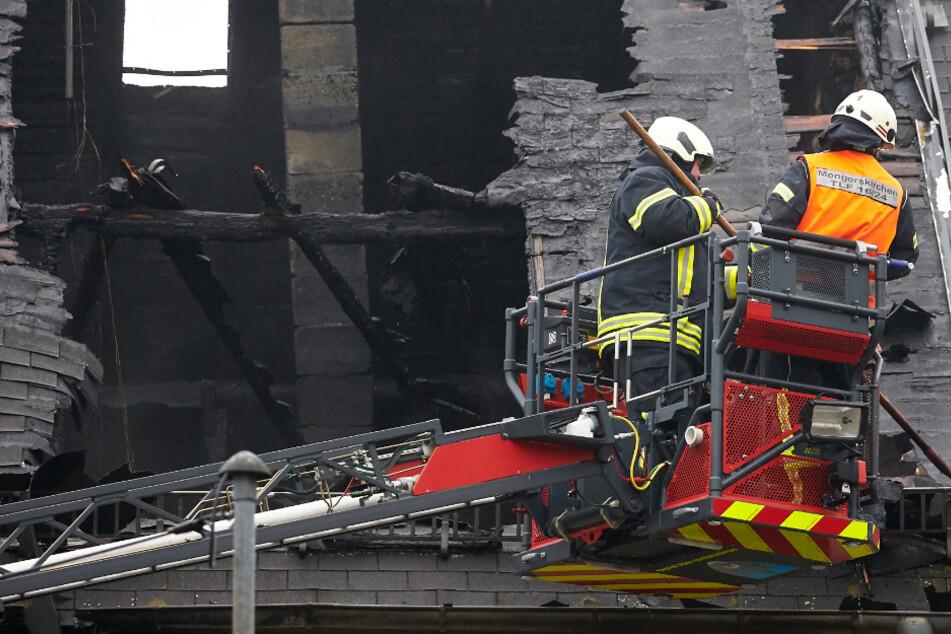 Das Foto aus dem November 2019 zeigt Feuerwehrleute bei der Brand-Ruine in Mengerskirchen.