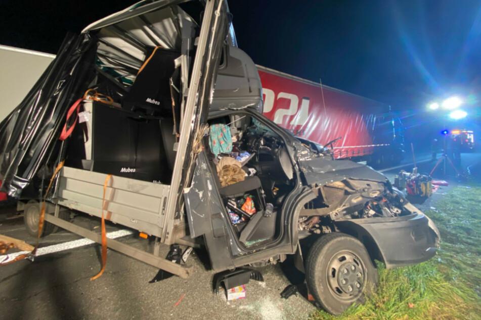 Horror-Unfall am Stauende: Transporter wird unter Lkw geschoben, Fahrer stirbt