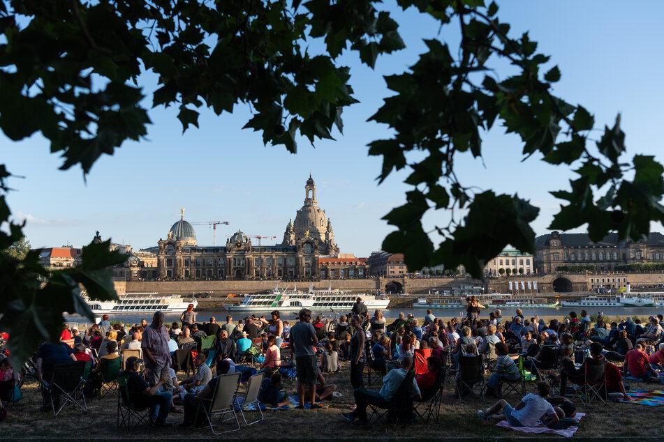 Menschen lauschen auf dem Konzertgelände der Filmnächte einem Konzert. Dieses Jahr werden nur Filmabende stattfinden.