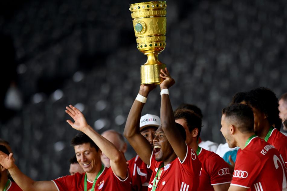 David Alaba (28) streckt den DFB-Pokal in die Höhe.