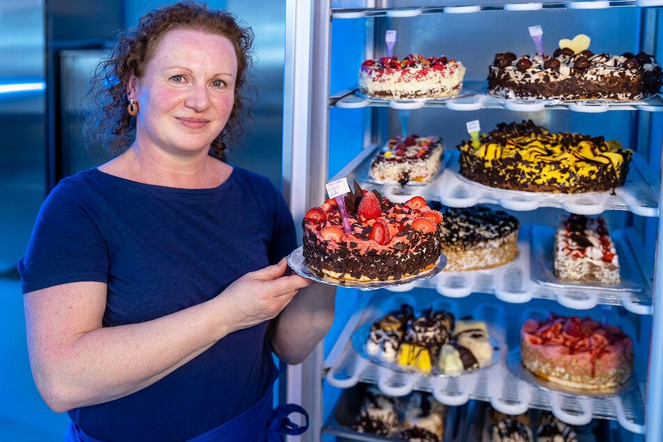 Exklusive Leckereien: Nadine Rülke präsentiert eine Stracciatella-Erdbeer-Schoko-Eis-Torte.