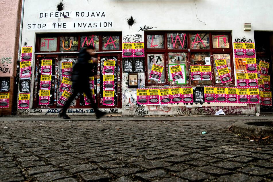 """Räumung Meuterei"" steht auf den Plakaten an den Fenstern der linken Szenekneipe ""Meuterei""."