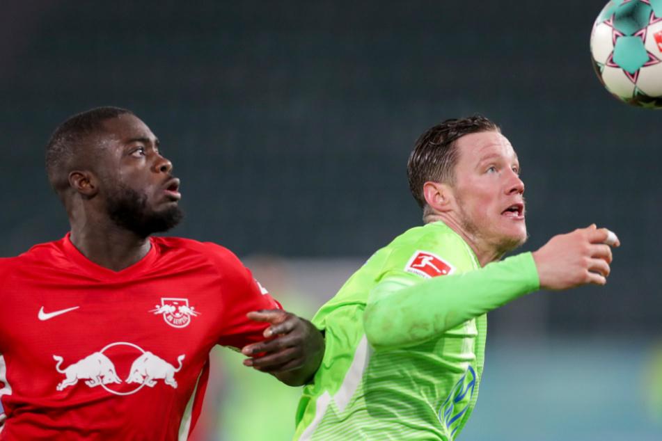 Dayot Upamecano (22, links, hier im Duell mit Wolfsburgs Weghorst) wird immer wieder mit dem FC Bayern München in Verbindung gebracht.