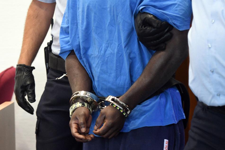 Der wegen Vergewaltigung und schwerer räuberischer Erpressung Angeklagte wurde im Landgericht in Bonn an Händen und Füßen gefesselt in den Saal geführt. (Archivfoto)