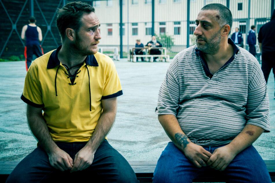 Nabil Ibrahim (r., Kida Khodr Ramadan) lernt Mike (Frederick Lau) im Gefängnis kennen und schätzen.