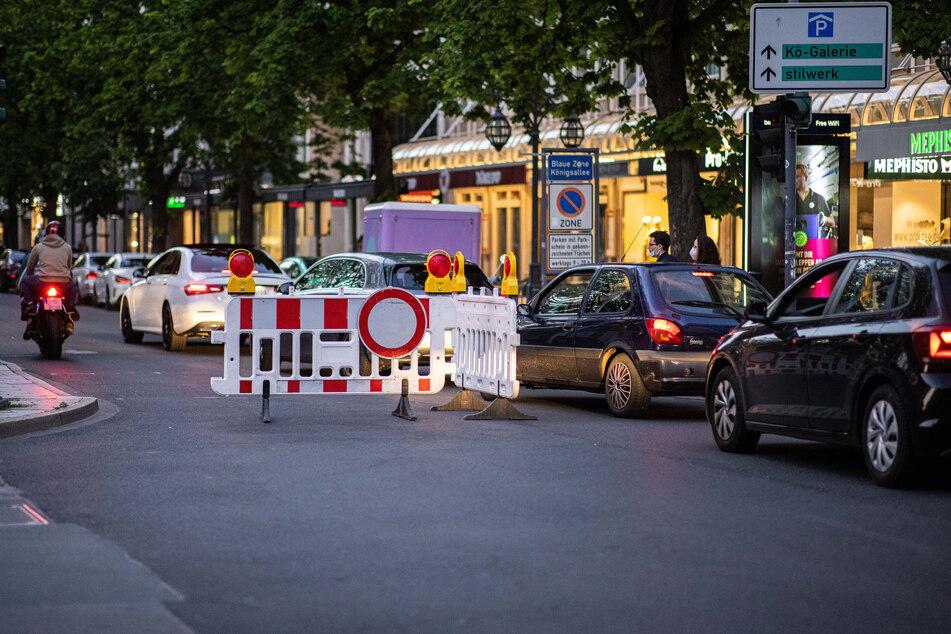 Vergangenes Wochenende hatten Auto-Poser in Düsseldorf mobile Absperrungen an der Königsallee einfach beiseite geschoben.