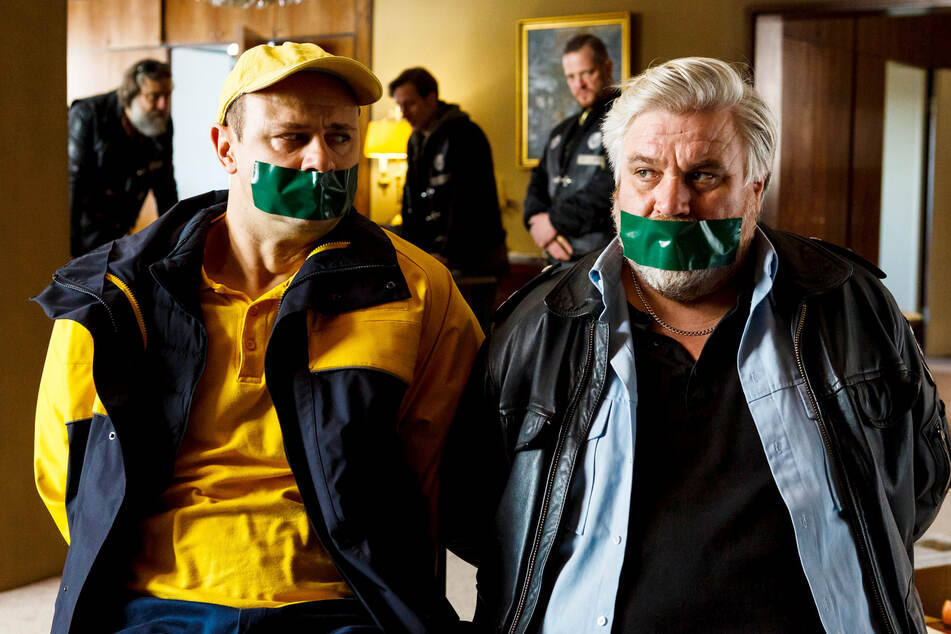 Vorne die Guten, hinten die Gangster: Dorfsheriff Koops (Aljoscha Stadelmann, r.) und Postbote Heiner (Moritz Führmann) in der Klemme.