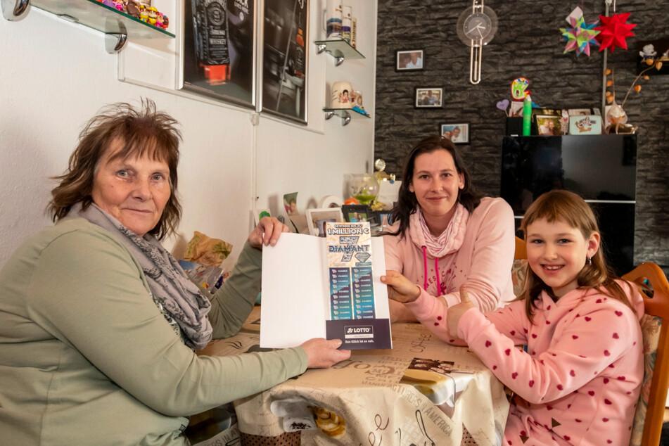 Wenn Mama Michele Güttler (36) auf Arbeit ist, kümmert sich Oma Ilka liebevoll um Enkelin Zoey (7).