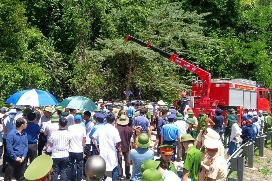 Rettungskräfte und Schaulustige an der Unfallstelle.