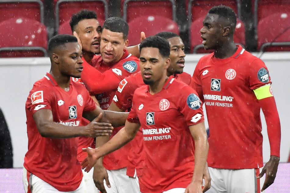 Ronael Pierre-Gabriel mit seinen Teamkollegen nach einem Treffer in der Bundesliga-Partie gegen den SC Paderborn.