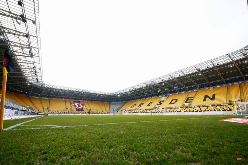 Das Stadion wird - wie leider schon gewohnt - leer bleiben. Immerhin müssen die Schwarz keine Rücksicht mehr auf den lädierten Rasen nehmen - der wird ab 8. Dezember ausgetauscht.