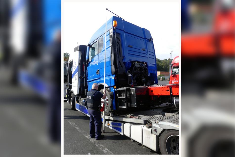 Ein Beamter nimmt an dem Autotransporter aus Tschechien Maß. Danach wurde dem Fahrer die Weiterfahrt untersagt.
