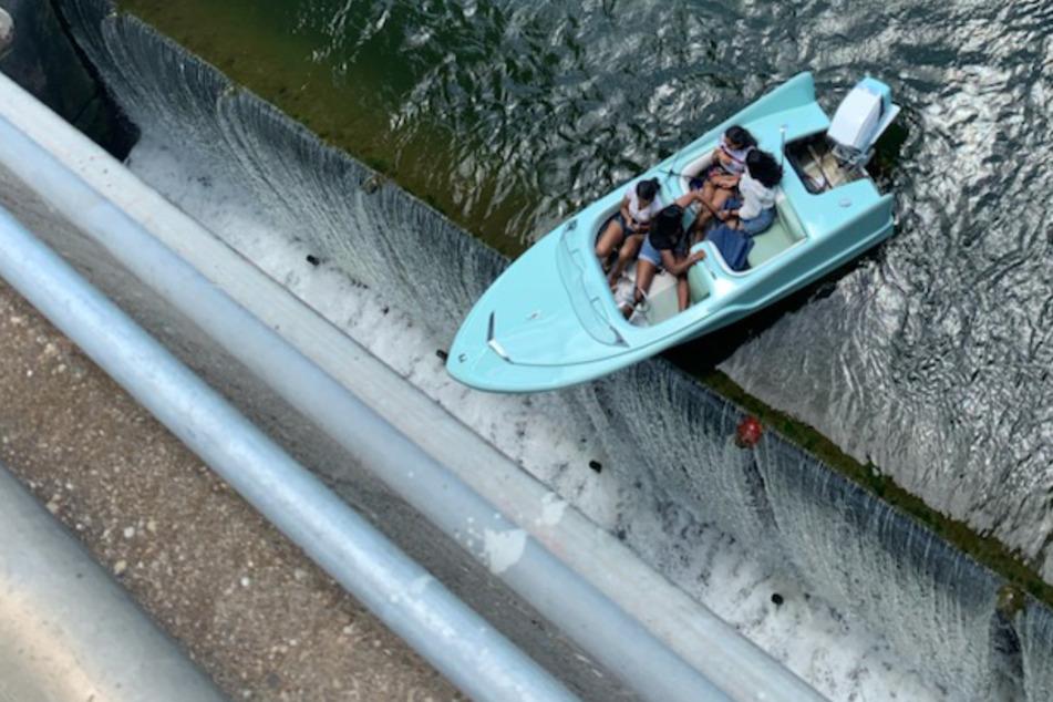 Den Tod vor Augen: Vier Menschen bleiben mit Boot über Abgrund hängen!
