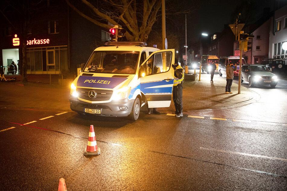 Ein Fahrzeug der Polizei sperrt eine Zufahrt zur Evakuierungszone ab.