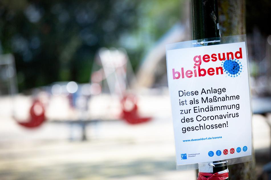 Damit nicht reihenweise Kinder und Familien am Coronavirus erkranken, wurde dieser Spielplatz in Düsseldorf geschlossen.