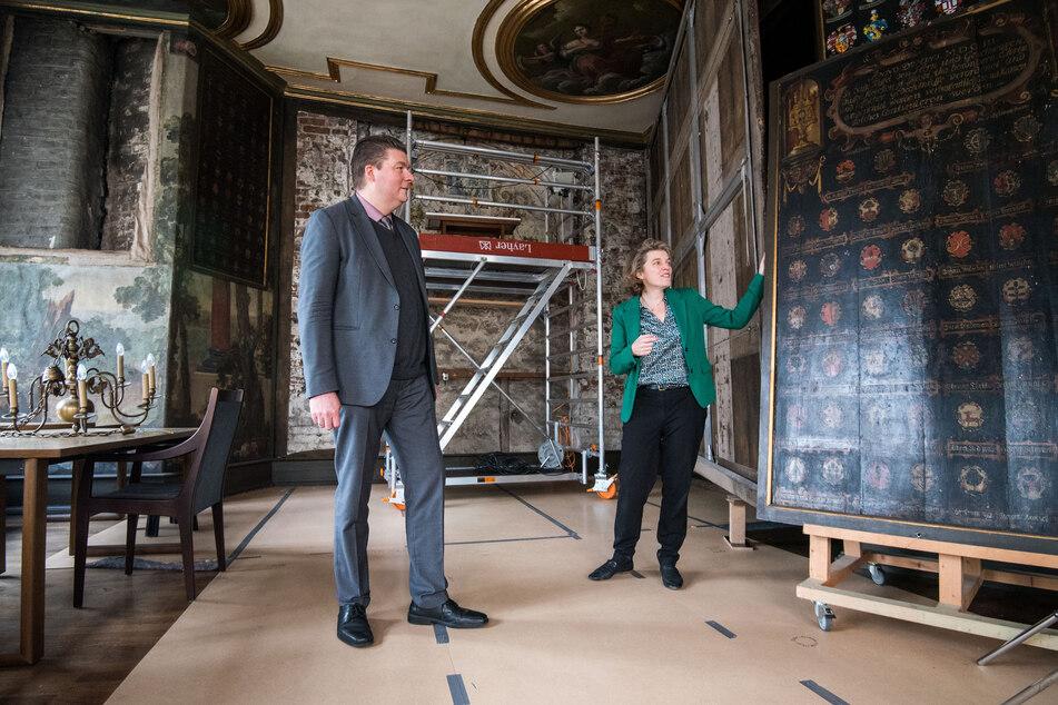 Andreas Dressel (45, SPD), Finanzsenator von Hamburg, und Astrid Kleist, Pröbstin, stehen im Herrensaal der historischen Hauptkirche St. Jacobi in der Innenstadt.